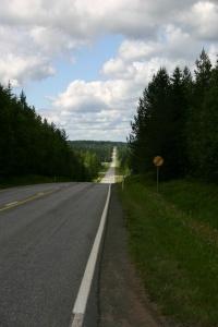 een weg, eindeloos, die stijgt en daalt