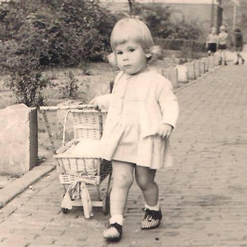 Annette met poppenwagen